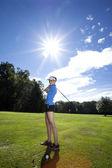 Woman playing golf on field — Stock Photo