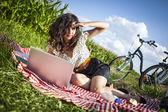 Femmes, pique-nique et ordinateur! — Photo