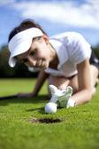 Mooi meisje vreemdgaan op golf veld — Stockfoto