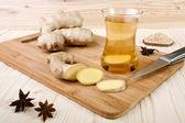 木制背景上的生姜茶 — 图库照片