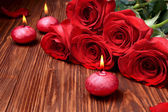 Romantic composition with red candles and roses. selective focus — Foto Stock