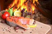 Trancio di salmone su uno sfondo di una fiamma ardente — Foto Stock