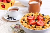 Breakfast - cornflakes with  strawberries and blueberries — Стоковое фото
