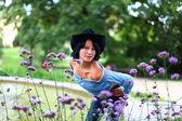Liebenswert junge brünette im cowboy-stil — Stockfoto