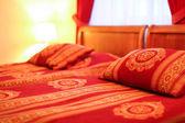 Almofadas e cama de casal no interior do hotel moderno — Fotografia Stock