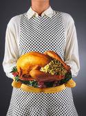 Ama de casa con turquía en una bandeja — Foto de Stock