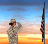 Femme soldat saluant le drapeau — Photo