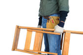 Budowy pracownik prowadzenie drabiny — Zdjęcie stockowe