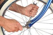 Roda de bicicleta aperto closeup homem — Fotografia Stock