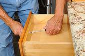 Skříňka insataller pracuje na zásuvku — Stock fotografie