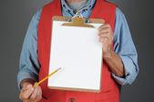 Tienda trabajador señalando a tablero de clip — Foto de Stock