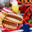 hotdogs op 4 juli picknicktafel — Stockfoto