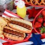 хот-доги на 4 июля стол для пикника — Стоковое фото