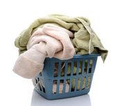 Una cesta de lavadero completa de toallas — Foto de Stock