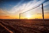 Red del voleibol y el amanecer en la playa — Foto de Stock