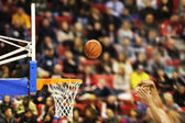 Scoring the winning points at a basketball game  — Stock Photo