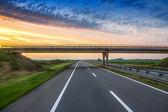 Coche por la carretera con movimiento desenfoque de fondo — Foto de Stock