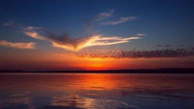 Красочный закат над озером — Стоковое видео