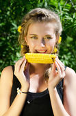 トウモロコシの穂軸を食べる女性 — ストック写真