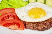 Стейк из говядины с жареными яйцами — Стоковое фото