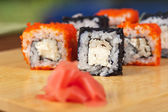 Rollos de sushi tobico — Foto de Stock