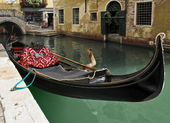 Gondola waiting for tourists in Venice — Stock Photo