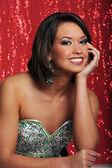 Signora giovane posato su sfondo rosso — Foto Stock