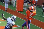Clemson's Tajh Boyd throws a touchdown pass to DeAndre Hopkins — Stock Photo