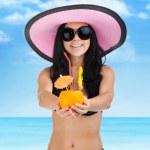 zomer vakantie vrouw glimlach geven exotische tropische cocktail op strand met stro — Stockfoto #30293943