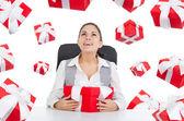 Donna d'affari con scatola regalo rosso — Foto Stock
