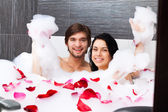Couple lying in jacuzzi — Stockfoto