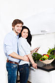 Lyckliga paret matlagning på deras kök — Stockfoto