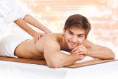 ハンサムな男性マッサージ テーブルの上に横たわる — ストック写真