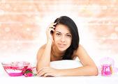 Frau im spa-salon auf massagetisch liegend — Stockfoto