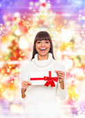 Christmas girl hold red gift card present — Φωτογραφία Αρχείου