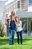 Family in front of house — Foto de Stock