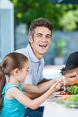 Father and daughter have lunch — Stock Photo