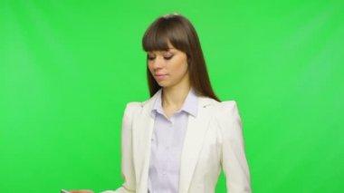 Mujer de negocios mediante teléfono móvil — Vídeo de Stock