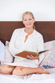 Senior woman read book — Stock Photo