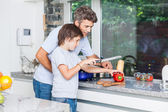 Father and son cooking at home — Foto Stock