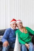戴着圣诞帽的年长夫妇 — 图库照片