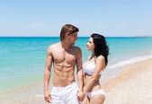 幸福的情侣在海滩上 — 图库照片