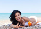 Woman applying sunscreen — Stock Photo