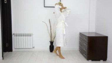 Woman walking from bathroom — Stock Video