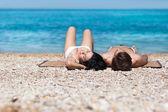 躺在海滩上的情侣 — 图库照片