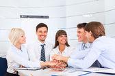 オフィスでのミーティングでビジネス人チーム — ストック写真
