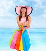 Donna con colorate shopping bag — Foto Stock
