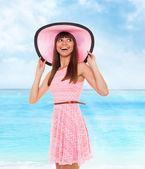 女人穿粉红色的衣服和帽子 — 图库照片