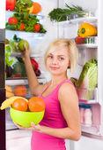 女人抱着水果 — 图库照片