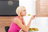 Woman eating vegetable fresh salad — Foto Stock